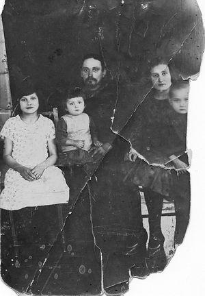 Семья Десницких в селе Тортым. Середина 1920-х годов