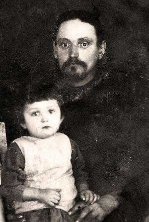 Священник Иоанн Десницкий с дочерью. Село Тортым. Середина 1920-х годов