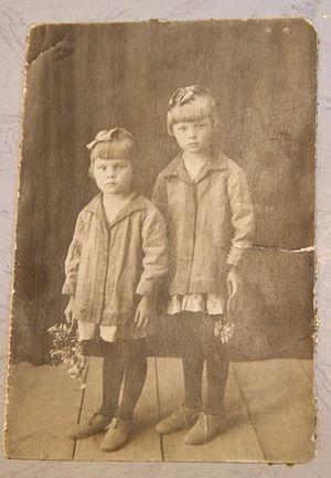 В детстве. Со старшей сестрой