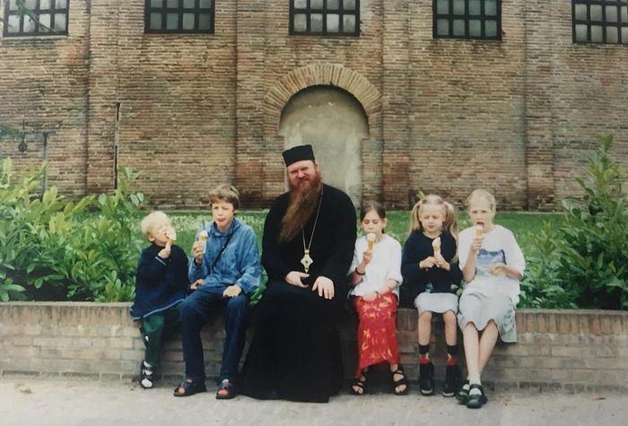 Архиепископ Агапит (Горачек) в паломнической поездке с детьми