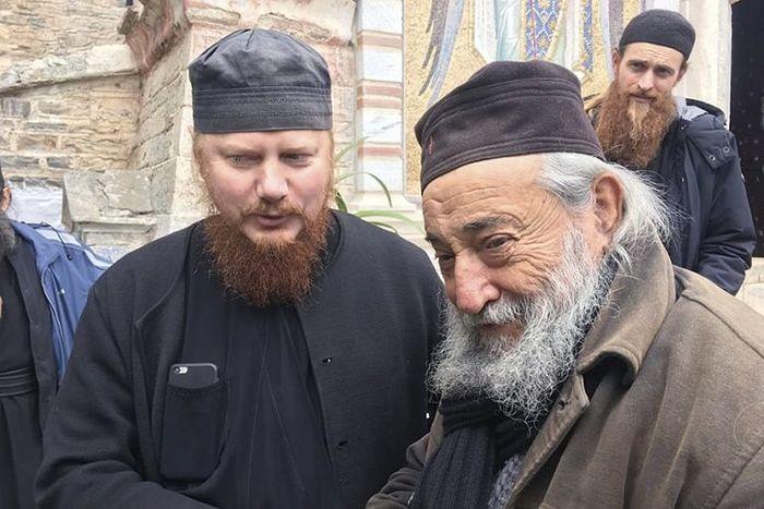 Ο Αρχιεπίσκοπος Ιωνάς με τον γέροντα Γρηγόριο