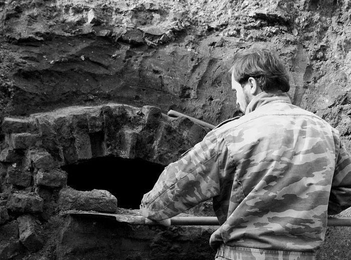 Краевед Павел Альбощий при расчистке склепа владыки Никодима