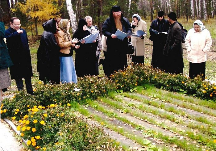 Vladyka Agapit with pilgrims from Germany at the railroad tie bridge. Reading the service to the Royal Passion Bearers. October, 2004.