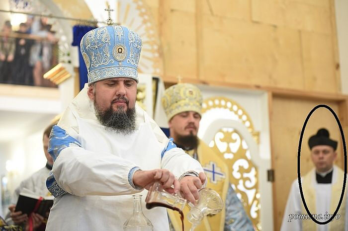 Constantinople recognized OCU leader serving with a Ukrainian Roman Catholic priest in the altar.
