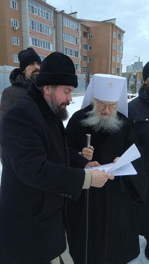 Владыка Евлогий и отец Андрей Голубев на строительстве нового храма Новомучеников и исповедников Церкви Русской