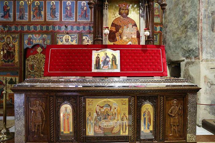 Современный ковчег с мощами Св. Лазаря в монастыре Раваница