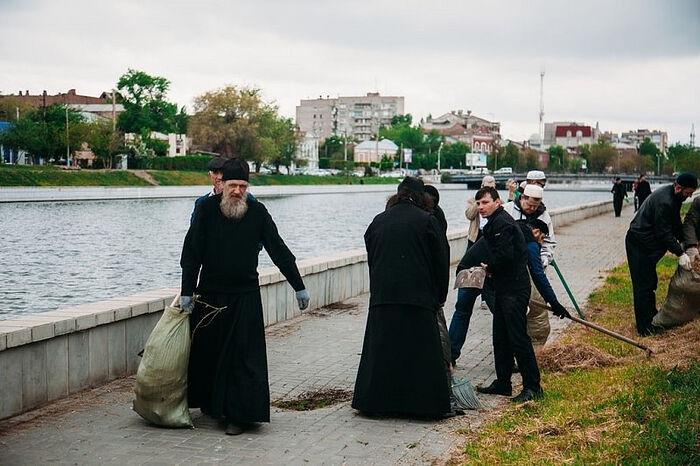 Субботник монахов. Фото: Астраханская епархия