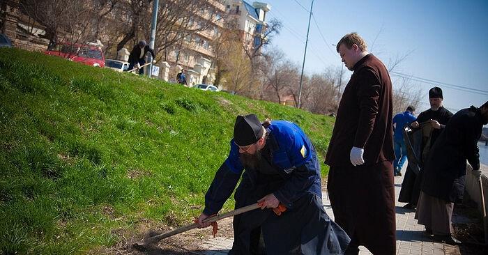 Монахи за работой. Фото: Астраханская епархия