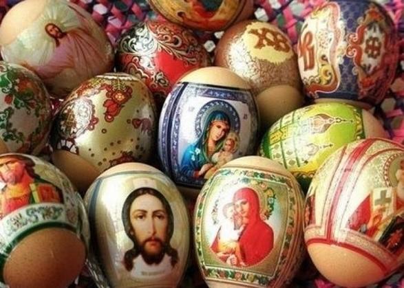 Пасхально оформленные куриные яйца с наклейками в виде икон