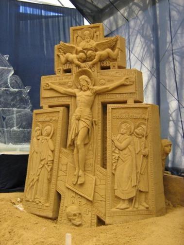 Композиция из песка «Распятие с предстоящими» на выставке песчаных и ледяных скульптур