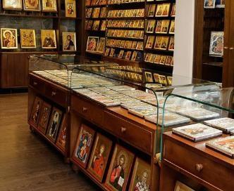 В магазине крупные аналойные иконы расположены ниже колен покупателей. Россия