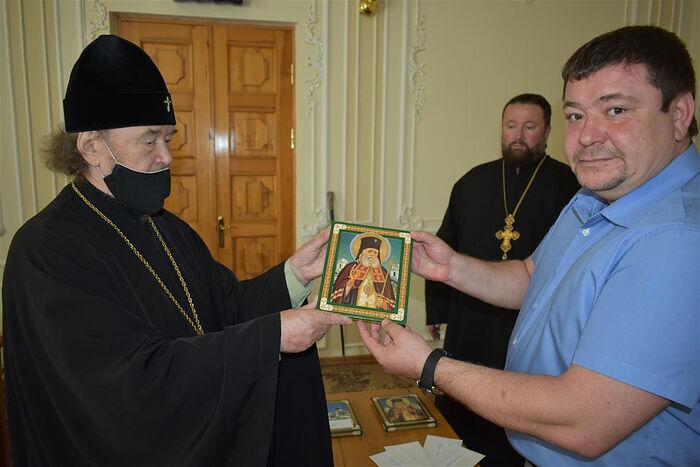 Митрополит Симферопольский и Крымский Лазарь передает икону святителя Луки Крымского для пострадавших