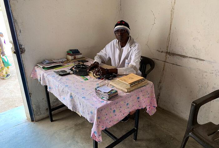 «Медицинский центр» в Катранге: небольшая комнатка при храме для приема пациентов и один-единственный врач