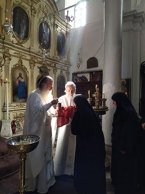 Диакон Димитрий Таланкин во время Причастия держит плат