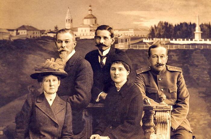 В Тобольске, И.Л. Татищев вверху слева