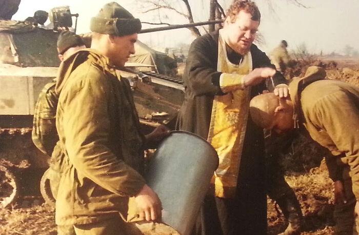 Отац Олег Стењајев крштава у Чеченији. Кум држи капсулу с водом