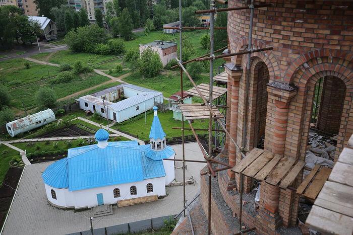 Вид с нового собора на церковь в честь Иконы Божией Матери «Нечаянная Радость»