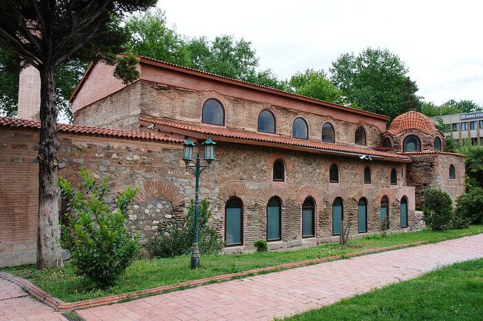 Собор святой Софии в Никее (ныне город Изник) - это не слишком заметное здание, глубоко ушедшее в землю, по сравнению с современным уровнем поверхности. Фото: metaloleg.livejournal.com
