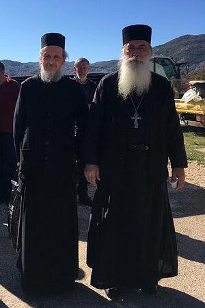 Отец Димитрий Таланкин с отцом Момчило Глоговац после Литургии на Покров в 2019 году в горном селе над Которской бухтой, Черногория