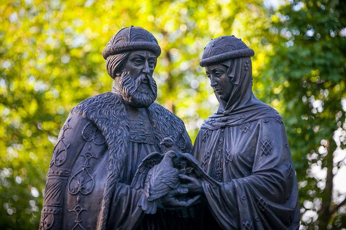 Statue of Sts. Peter and Febronia. Photo: Culture.ru