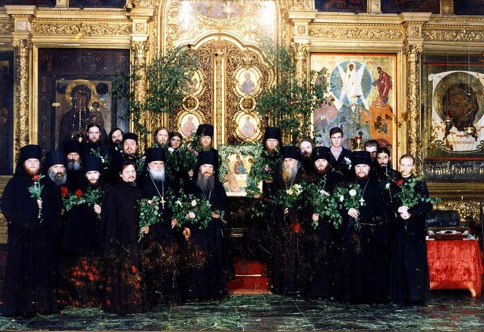 Наместник и братия Новоспасского монастыря. Троица. Саша Шевченко второй слева от иконы в верхнем ряду