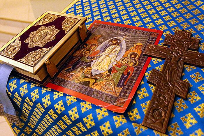 Евангелие, икона и крест на аналое в тюремном храме. Фото: Владимир Гердо/ТАСС