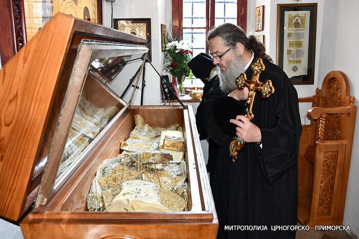 Met. Luke venerating the relics of St. Peter of Cetinje. Photo: mitropolija.com