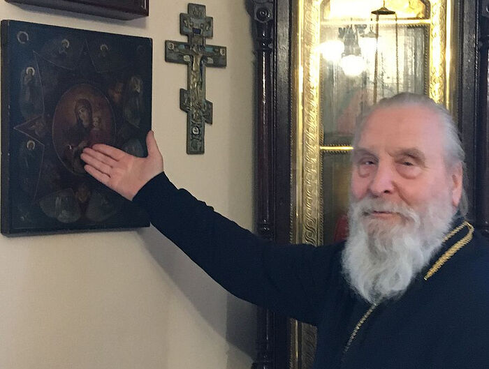 """Ο πρωθιερέας Γκεόργκιι Μπρέεφ δείχνει την εικόνα """"Φλεγόμενη Βάτος"""" στο κελλί του"""