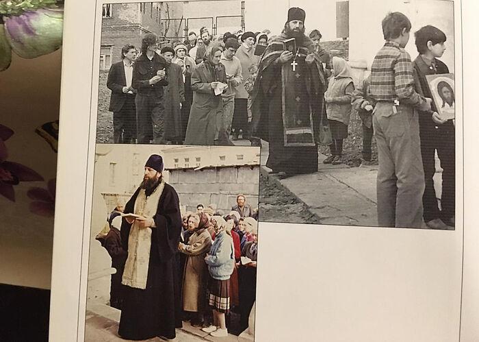 У храма кн.Владимира. о.Сергий Романов служит молебен. о. Федор с иконой Спаса.