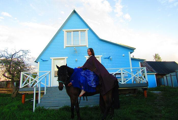 Евдокия на фоне нового дома