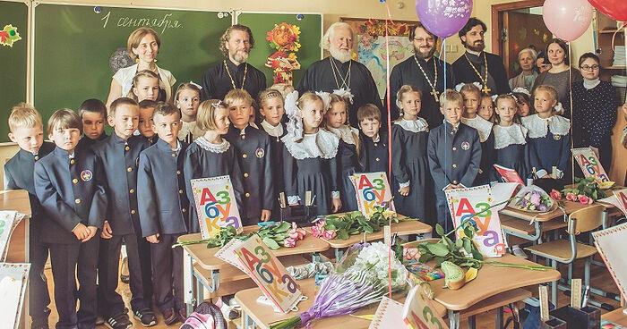 1 сентября в Свято-Петровской школе. В центре духовник школы протоиерей Владимир Воробьев