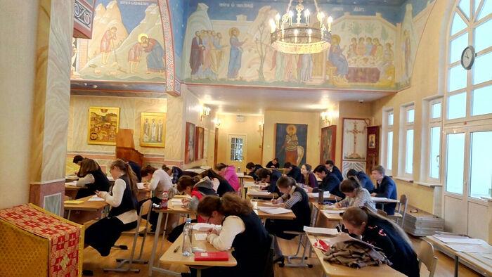 Заниятия за отсутствием учебных площадей проходят даже в храме Свято-Петровской школы