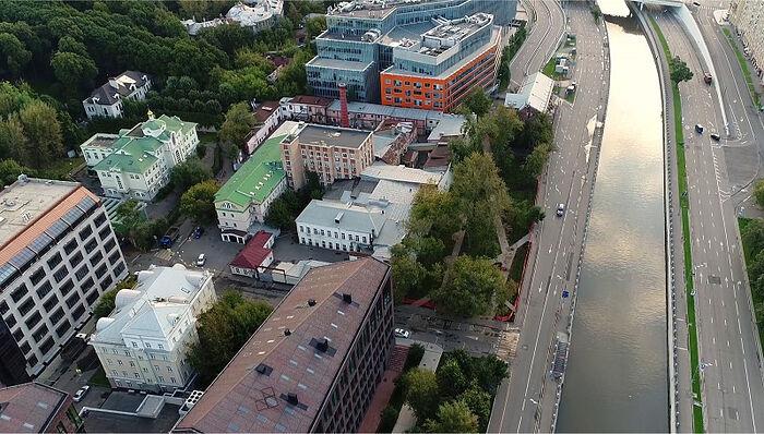 Светлое здание в левом нижнем углу – корпус, выставленный на продажу. Чуть выше нынешнее здание Свято-Петровской школы