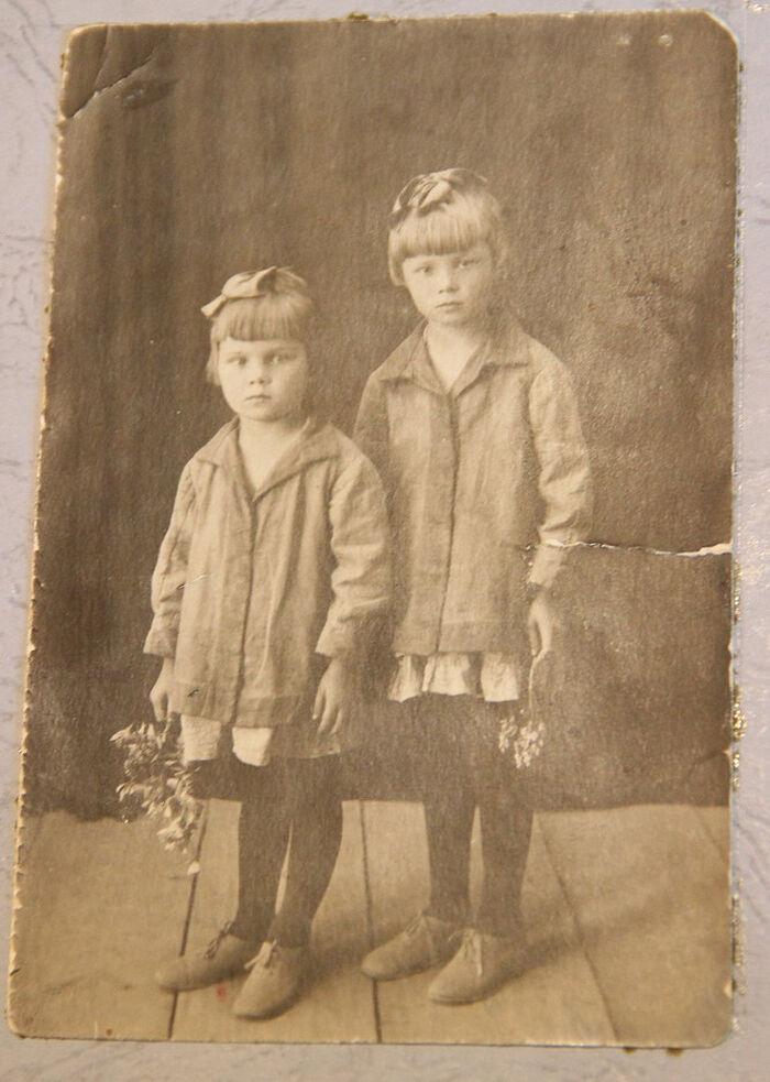 Παιδική ηλικία. Με την αδερφή