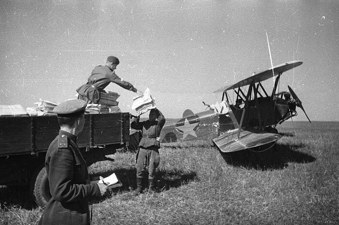 Loading up a mail plane