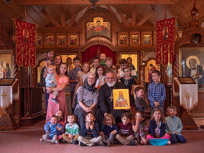 Отец Георгий и матушка Елена с внуками июнь 2018