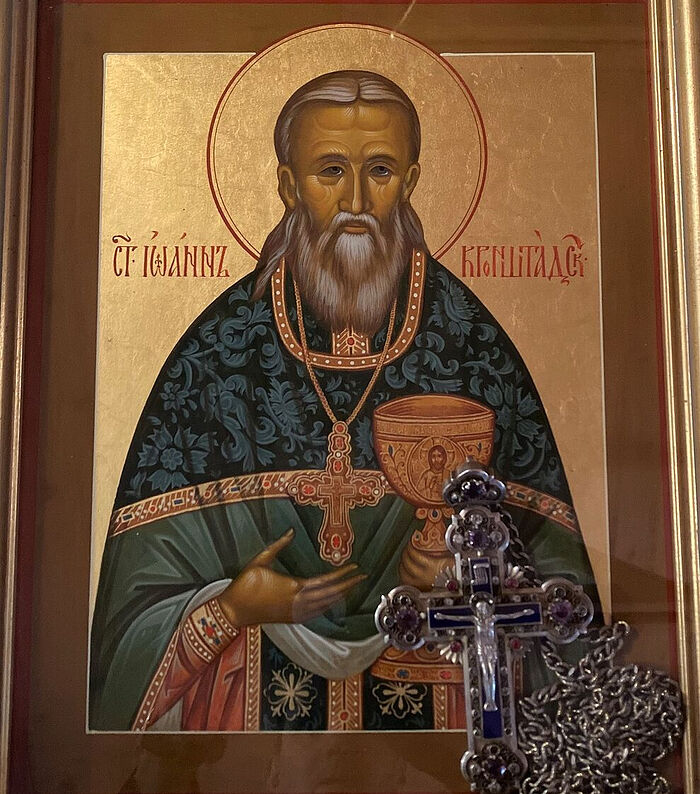 Икона святого праведного Иоанна Кронштадтского с наперсным крестом в киоте