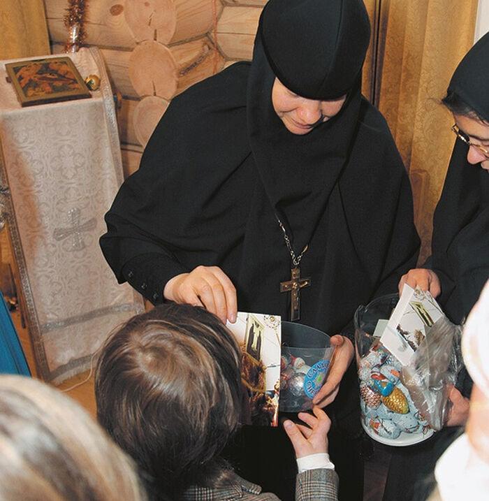 Матушка Иулиания (Каледа) дарит подарки детишкам в воскресной школе обители