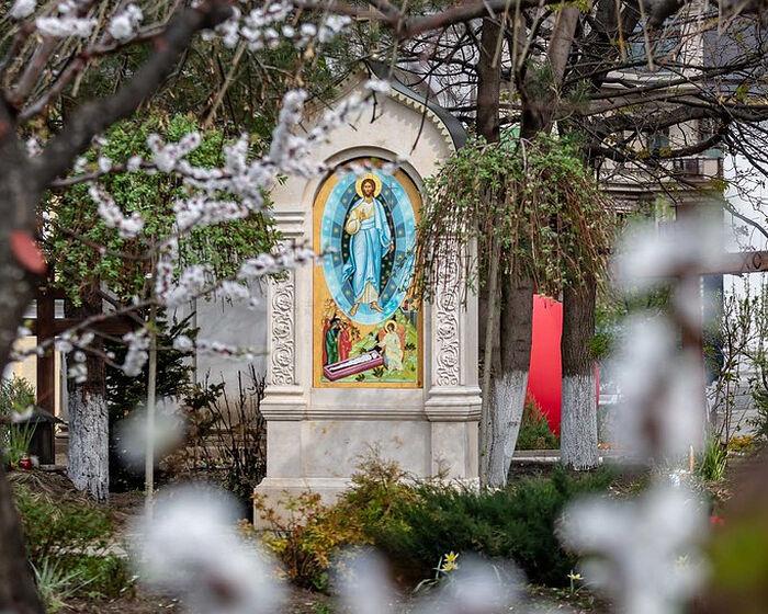 Икона Спаса на территории обители