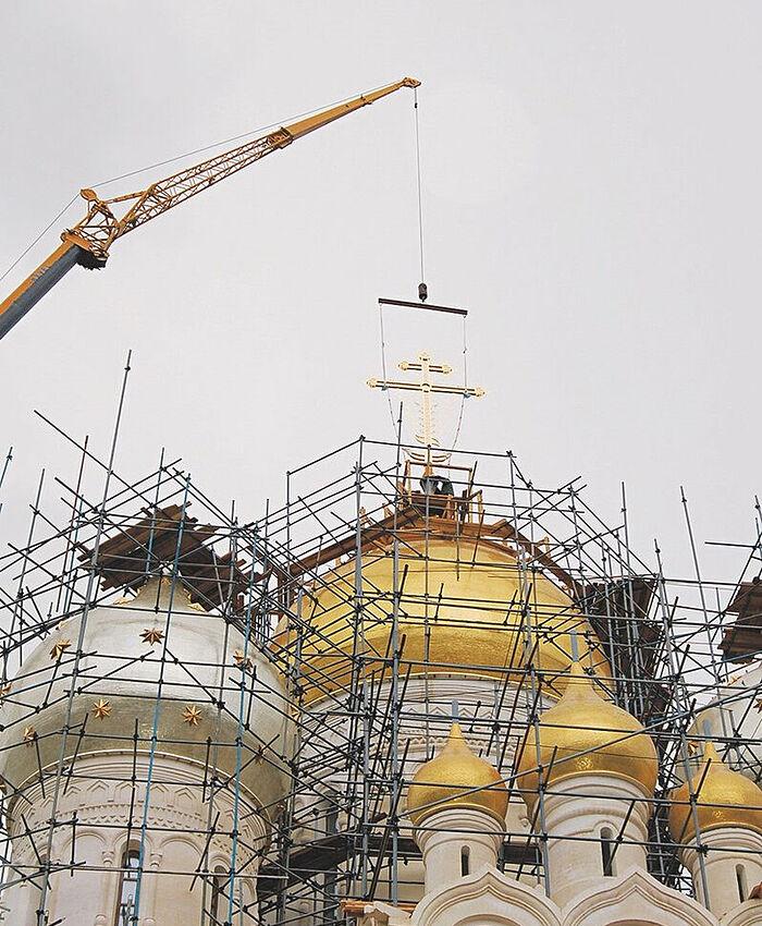 Строительство собора Рождества Пресвятой Богородицы. Установка крестов