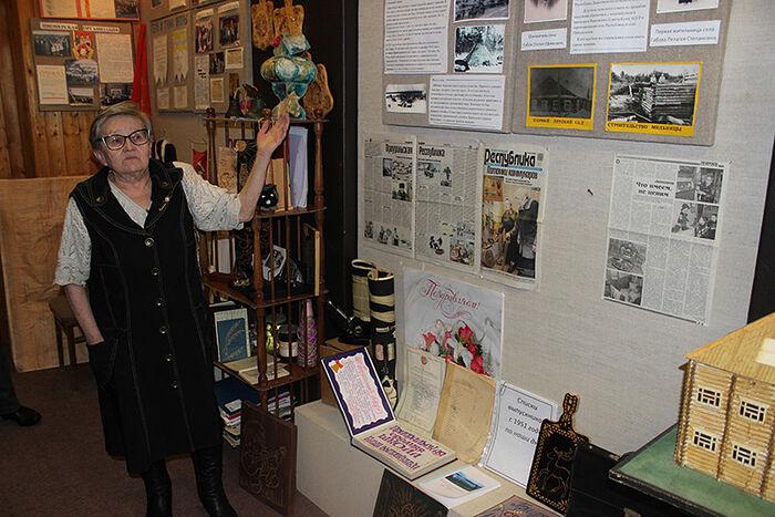 Надежда Чапина проводит экскурсию в школьном музее