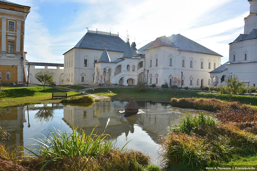 Архиерейский двор. Красная палата