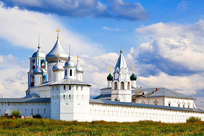 Слева: северо-западная башня, собор Никиты Мученика, колокольня с церковью Архангела Гавриила. Справа: церковь Благовещения Пресвятой Богородицы. Фото: putidorogi-nn.ru