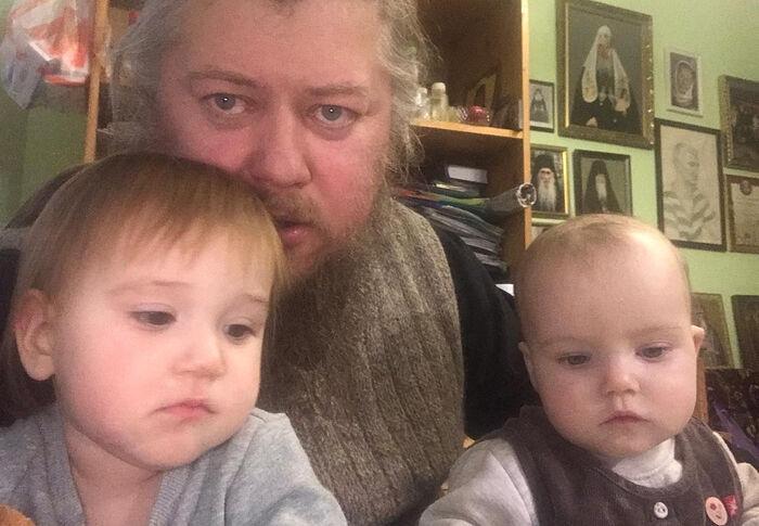 Отец Михаил с внучками Елзаветой и Валерией