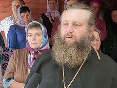 Schismatics threaten to kick UOC priest with children and grandchildren out of their house (+VIDEO)