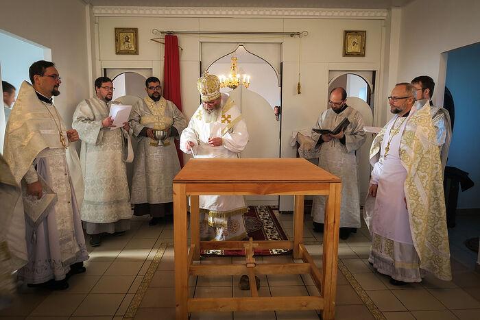 Преосвященнейший Павел, епископ Молодечненский и Столбцовский, освящает престол в храме