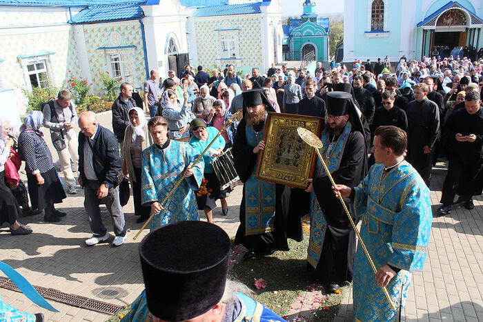 The faithful process with a copy of the icon in Russia. Photo: synod.com