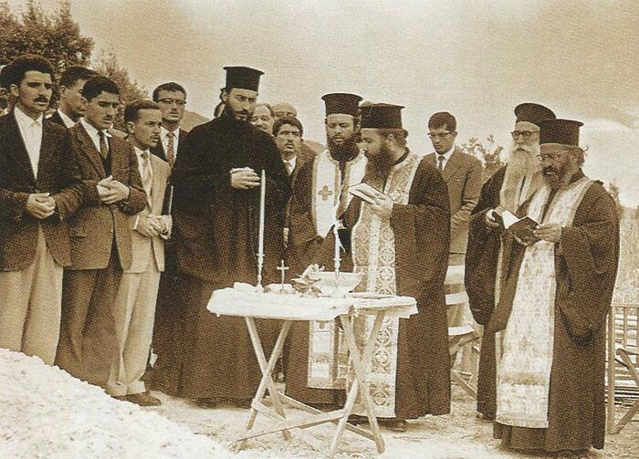 Ο πατήρ Τιμόθεος (αριστερά) στη θεμελίωση της Ιεράς Μονής Παρακλήτου, 20 Ιουλίου του 1963