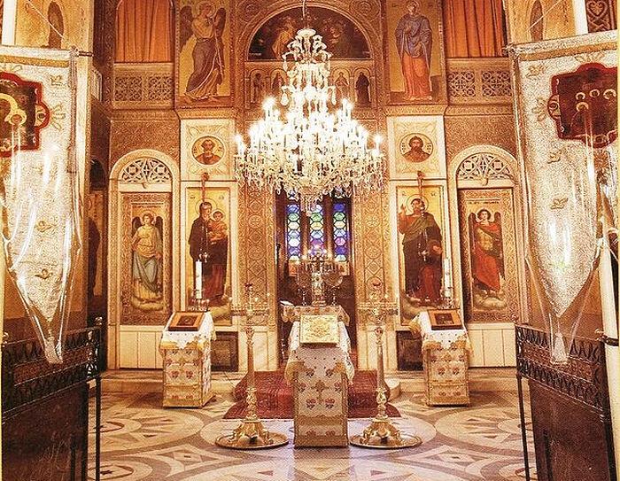 Το εσωτερικό του Ιερού Ναού της Αγίας Τριάδας