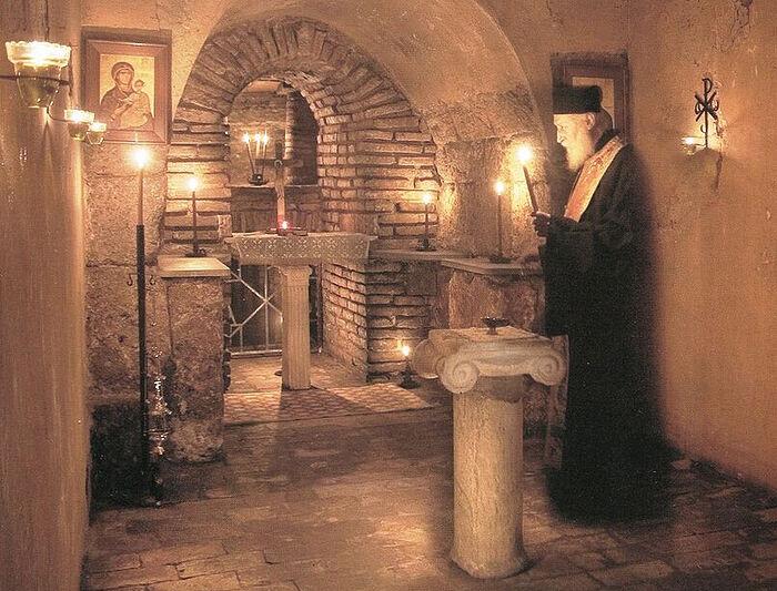 Ο πατήρ Τιμόθεος στις κατακόμβες κάτω από τον Ιερό Ναό της Αγίας Τριάδας